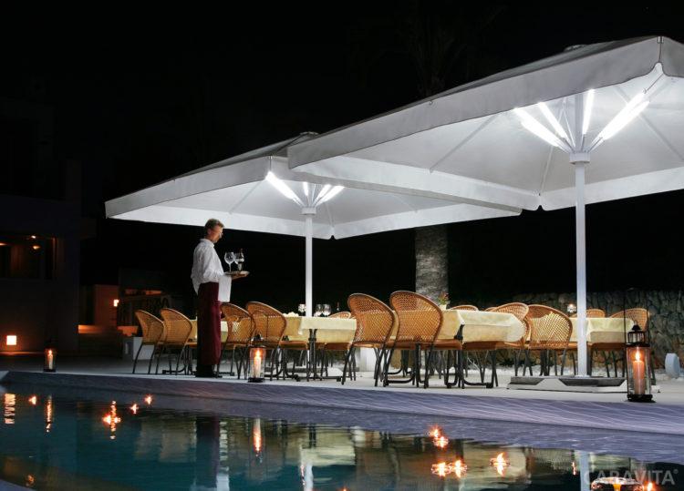 Parasol-Big-Ben-avec-LED-pour-un-exterieur-elegant
